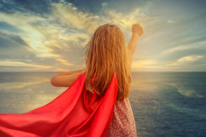 Kind spielt superheld